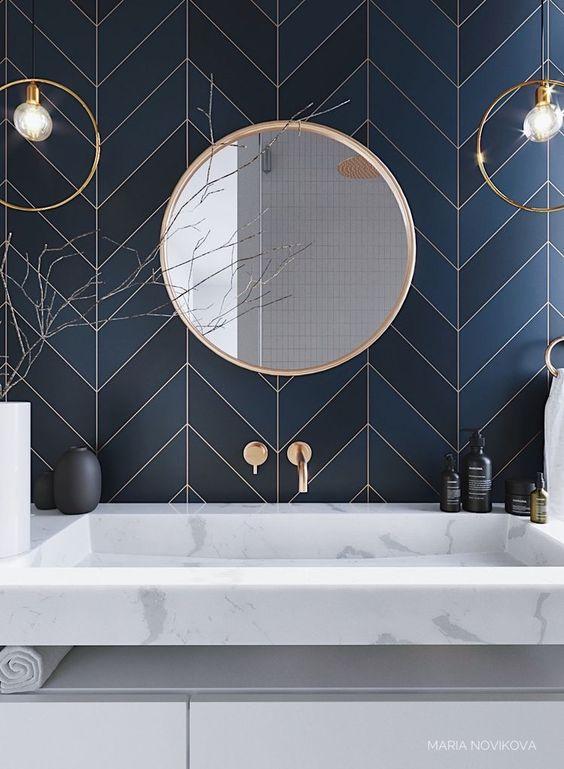 salle de bains bleu marine laiton